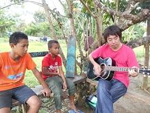 ギターを弾く水野さん(右)