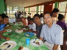 子どもたちと食事を取る幸史さん
